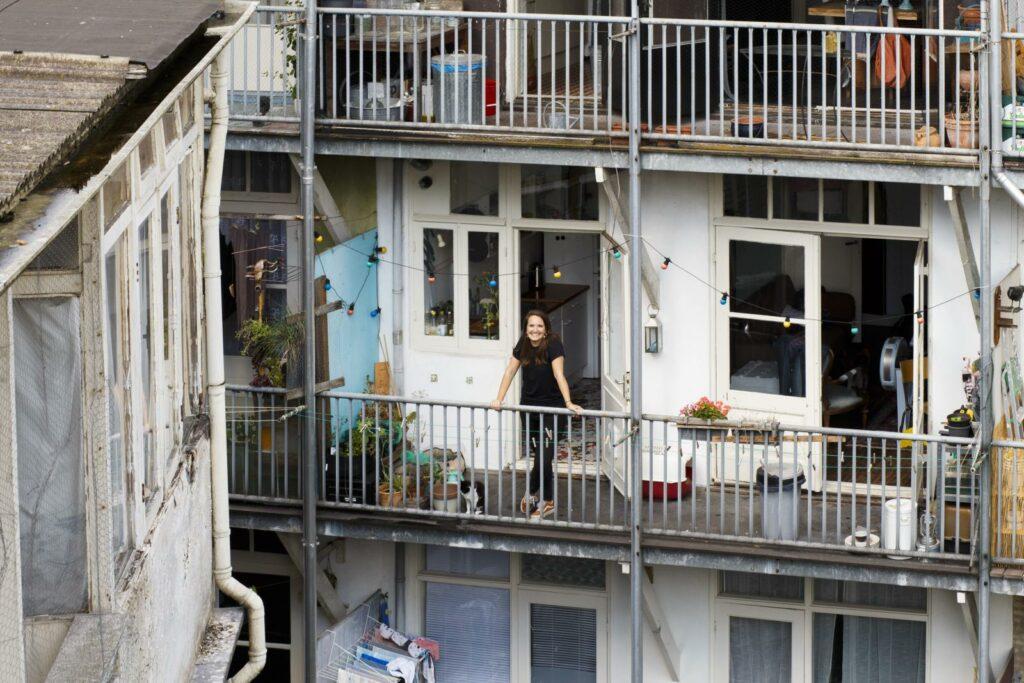 Henriette op balkon